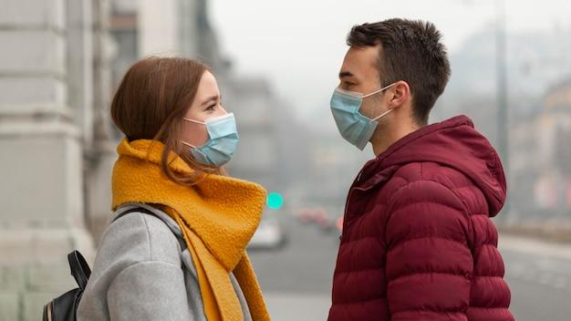 Widok Z Boku Z Para Pozowanie Wraz Z Maskami Medycznymi Darmowe Zdjęcia