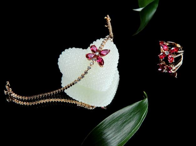 Widok Z Boku Zestawu Biżuterii Ze Złotej Bransoletki I Skórki Z Brylantami I Rubinami W Kształcie Motyla Darmowe Zdjęcia