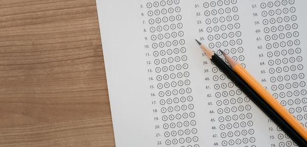 Widok z czarnego ołówka na arkuszu z odpowiedzią na egzamin z wielokrotnym wyborem Premium Zdjęcia