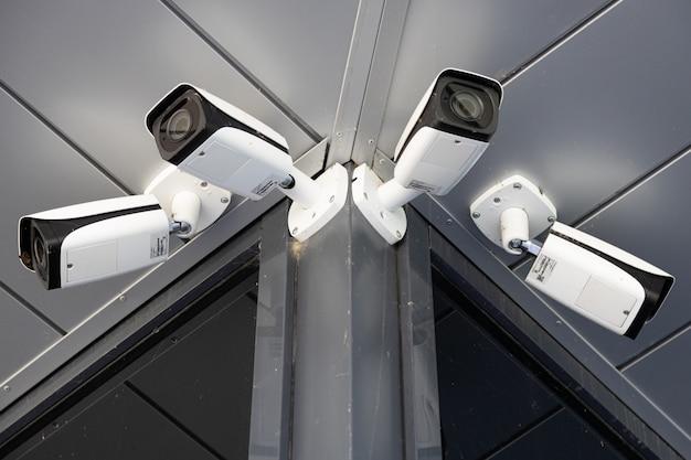 Widok Z Dołu Czterech Białych Kamer Nadzoru Premium Zdjęcia
