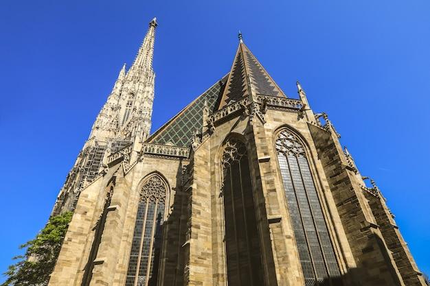 Widok z dołu katedry świętego stefana w piękne błękitne niebo w lecie centralnego wiednia austrii Premium Zdjęcia