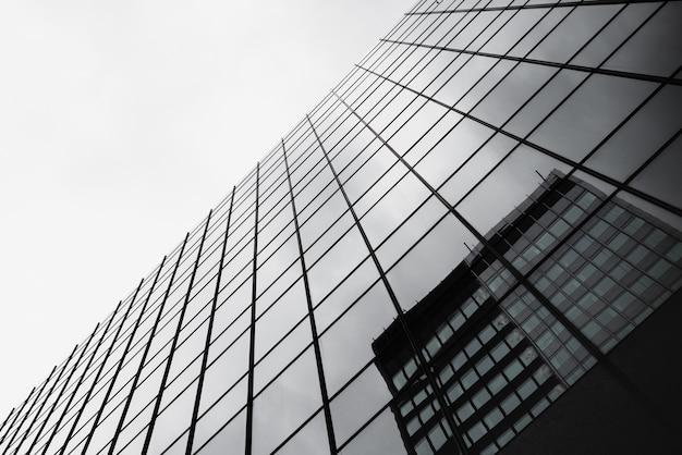 Widok z dołu szklany budynek z odbiciem Darmowe Zdjęcia