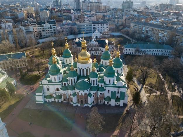 Widok Z Drona Katedry św. Zofii W Mieście Kijów, Ukraina. Sophia Cathedral - Wpisana Na Listę światowego Dziedzictwa Unesco. Zdjęcie Drona Premium Zdjęcia