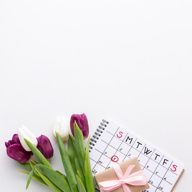 Widok Z Góry 8 Marca Napis Z Tulipanami I Kalendarzem Darmowe Zdjęcia