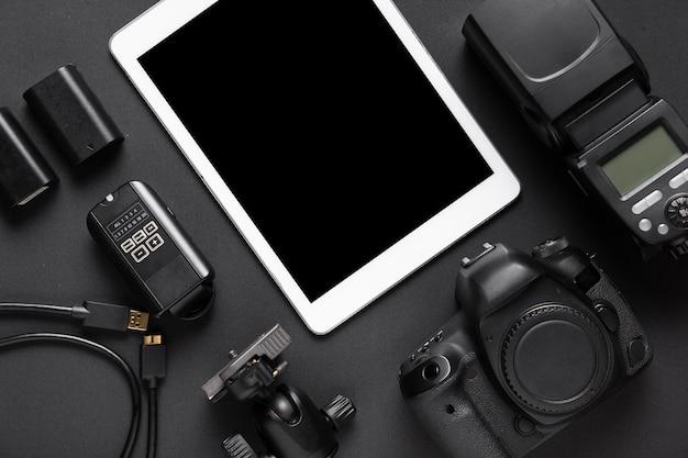 Widok z góry akcesoriów fotograficznych i tabletu Darmowe Zdjęcia
