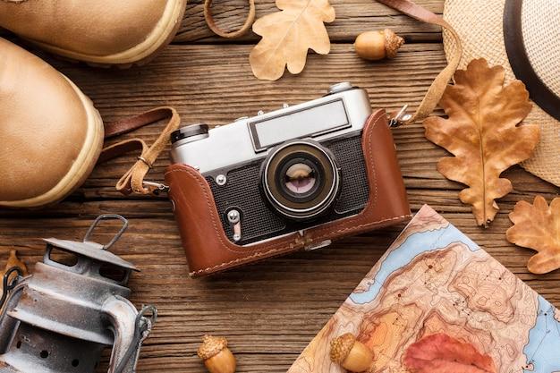 Widok Z Góry Aparatu Z Jesiennymi Liśćmi I Butami Darmowe Zdjęcia