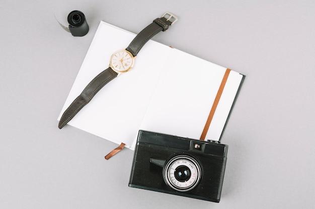 Widok z góry aparatu z notebooka i zegarek Darmowe Zdjęcia