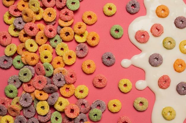 Widok z góry asortyment z mlekiem i zbóż na różowym tle Darmowe Zdjęcia