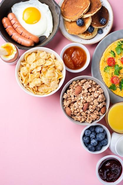 Widok Z Góry Asortymentu śniadaniowego Jedzenia Z Jagodami I Dżemem Darmowe Zdjęcia