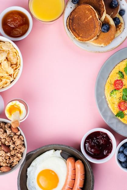 Widok Z Góry Asortymentu śniadaniowego Jedzenia Z Jajkiem I Kiełbaskami Darmowe Zdjęcia