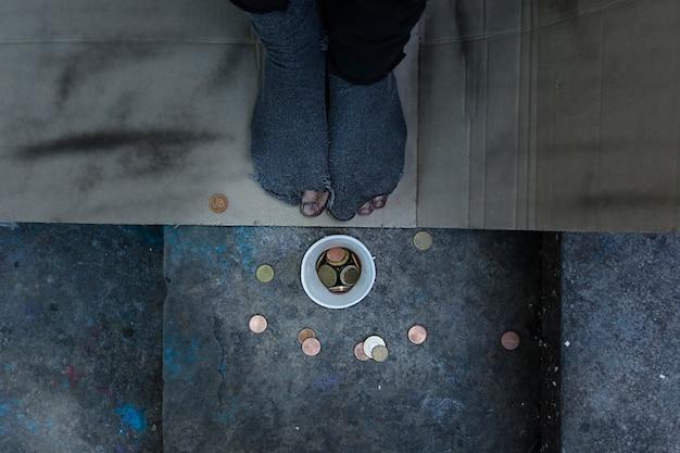 Widok Z Góry Bezdomnego Mającego Dziury W Skarpetkach Darmowe Zdjęcia