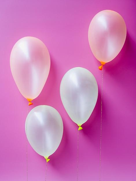 Widok Z Góry Białe Balony Na Różowym Tle Darmowe Zdjęcia