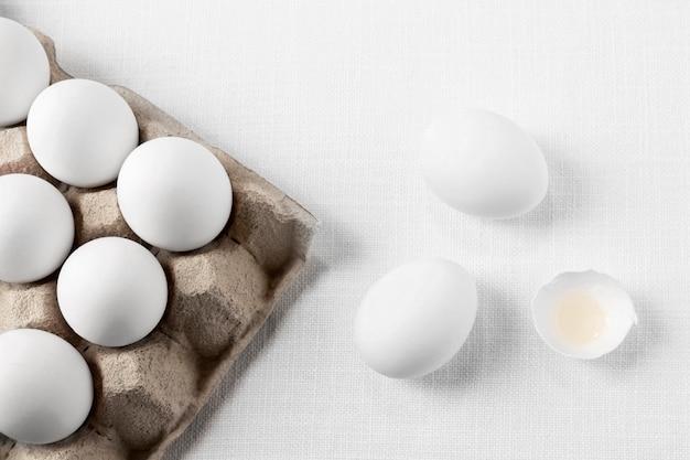 Widok Z Góry Białe Jajka W Kartonie Ze Skorupkami Darmowe Zdjęcia