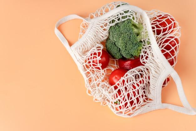 Widok Z Góry Białej Torby Eco Netto Z Warzywami Premium Zdjęcia