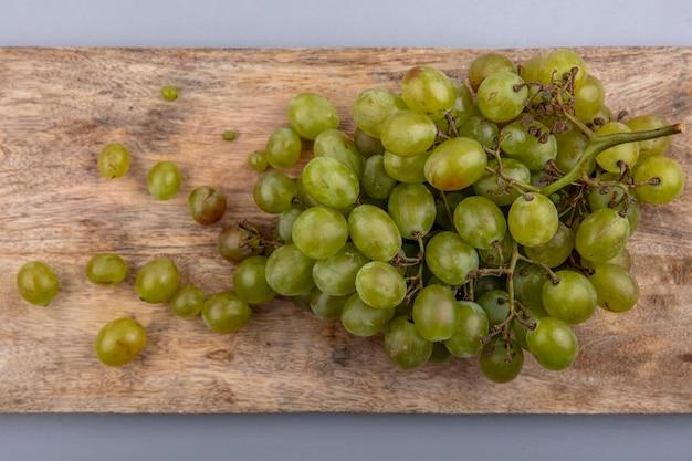 Widok Z Góry Białych Winogron Na Deska Do Krojenia Na Szarym Tle Darmowe Zdjęcia