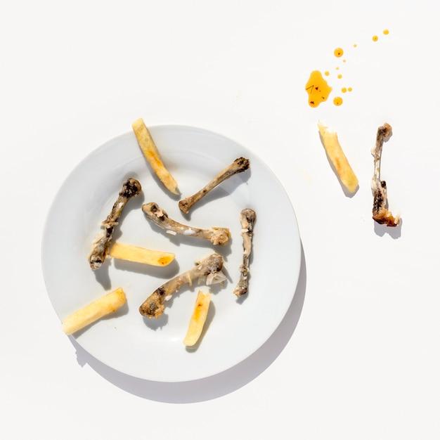 Widok Z Góry Brudny Talerz Z Resztkami Jedzenia Premium Zdjęcia