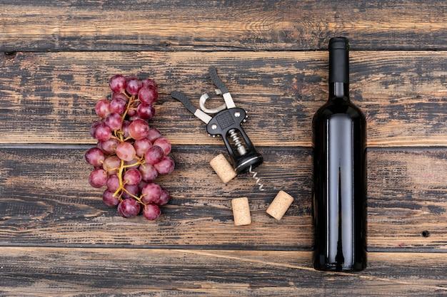 Widok Z Góry Butelka Wina Z Winogron Na Ciemne Drewniane Poziome Darmowe Zdjęcia