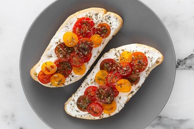 Widok Z Góry Chleb Z Twarogiem I Pomidorkami Cherry Na Talerzu Premium Zdjęcia