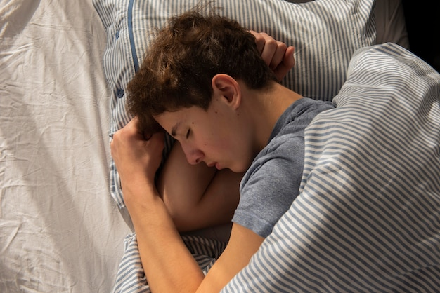 Widok Z Góry Chłopiec śpi Darmowe Zdjęcia