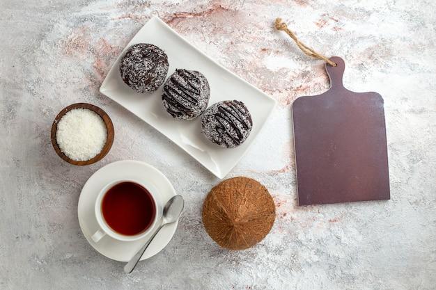 Widok Z Góry Ciastka Czekoladowe Z Filiżanką Herbaty Na Białym Tle Ciasto Czekoladowe Herbatniki Cukru Słodkie Ciasteczko Darmowe Zdjęcia