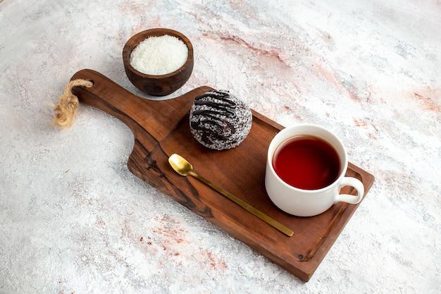 Widok Z Góry Ciasto Czekoladowe Z Filiżanką Herbaty Na Białym Tle Ciasto Czekoladowe Herbatniki Cukru Słodkie Ciasteczka Darmowe Zdjęcia