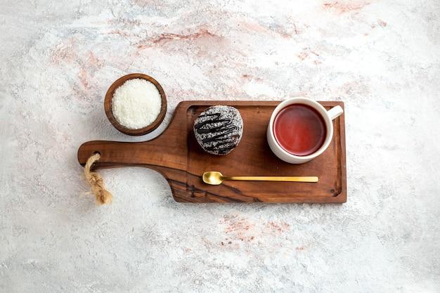 Widok Z Góry Ciasto Czekoladowe Z Filiżanką Herbaty Na Białym Tle Ciasto Czekoladowe Herbatniki Cukru Słodkie Ciasteczko Darmowe Zdjęcia