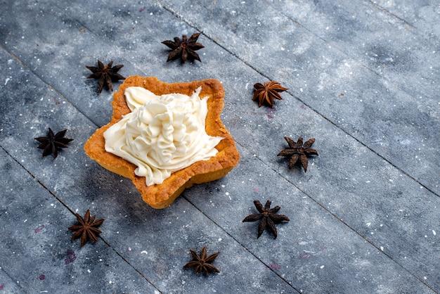 Widok Z Góry Ciasto W Kształcie Gwiazdy Z Kremem Na Jasnym Tle Ciasto Biszkoptowe Słodkie Ciasto Kremowe Darmowe Zdjęcia