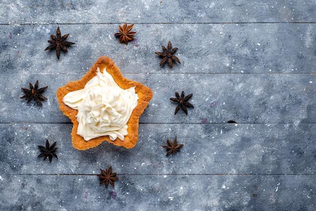 Widok Z Góry Ciasto W Kształcie Gwiazdy Ze śmietaną Na Jasnym Tle Ciasto Biszkoptowe Słodki Cukier Krem Do Pieczenia Darmowe Zdjęcia