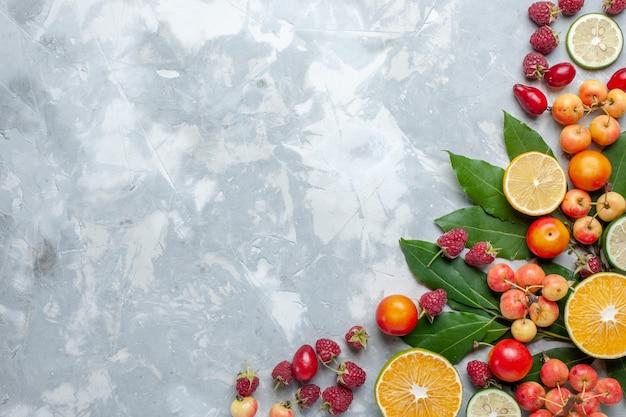 Widok Z Góry Cytryny I Wiśnie świeże Owoce Na Lekkim Biurku Owoce świeży Mellow Darmowe Zdjęcia