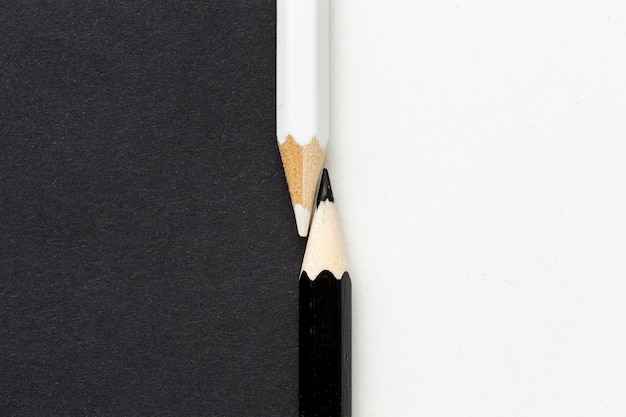 Widok Z Góry Czarno-białych Ołówków Premium Zdjęcia