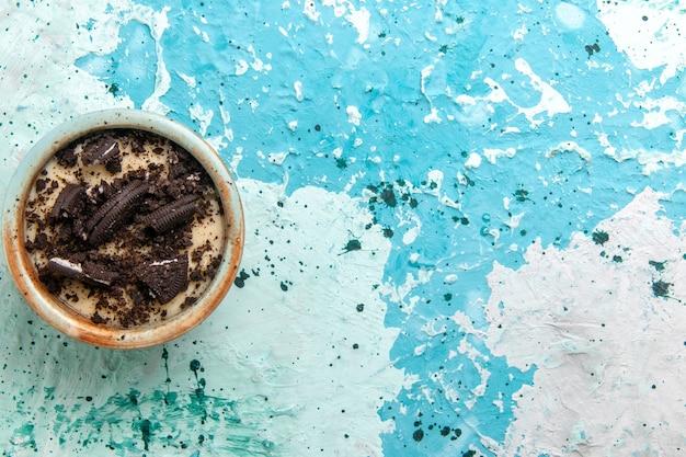 Widok Z Góry Czekoladowe Ciasteczka Deserowe Z Kremem I Ciasteczkami Wewnątrz Płyty Na Niebieskim Tle Ciasto Deserowe Cukier Słodkie Zdjęcie Darmowe Zdjęcia