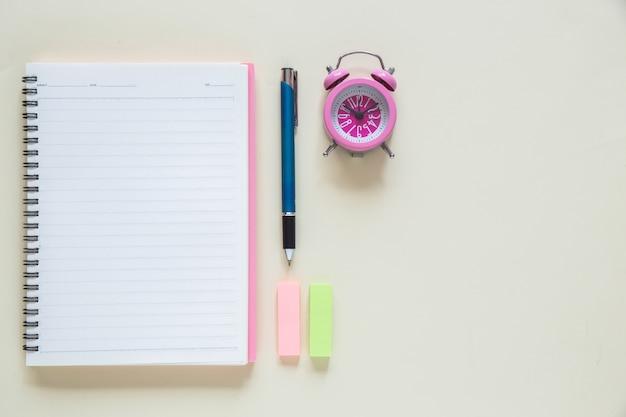 Widok z góry czysty papierowy notatnik na workspace Darmowe Zdjęcia