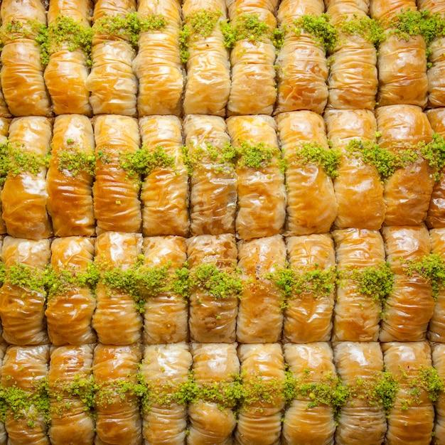 Widok Z Góry Deser Wzór Turecki Baklava Wykonane Z Cienkiego Ciasta, Orzechów I Miodu Darmowe Zdjęcia