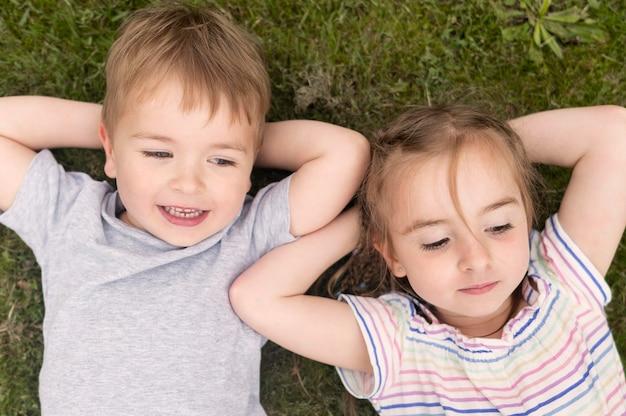 Widok Z Góry Dzieci Na Trawie Darmowe Zdjęcia