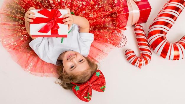 Widok Z Góry Dziecko Otoczone świątecznymi Elementami Premium Zdjęcia