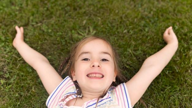 Widok Z Góry Dziewczyna Na Trawie Darmowe Zdjęcia