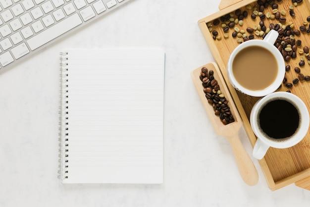 Widok z góry filiżanek kawy z notebookiem Darmowe Zdjęcia