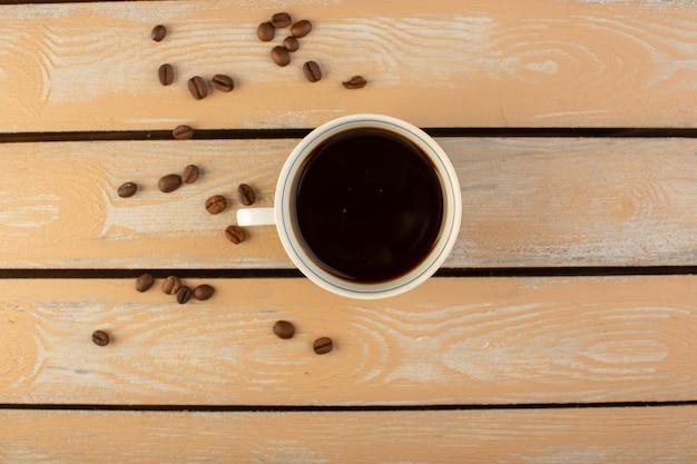 Widok Z Góry Filiżanka Gorącej I Mocnej Kawy Ze świeżymi Brązowymi Ziarnami Kawy Na Kremowym Rustykalnym Biurku Ziarno Kawy Pić Zdjęcie Ziarna Darmowe Zdjęcia