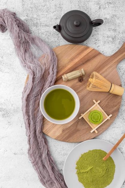 Widok Z Góry Filiżanka Herbaty Matcha Na Stole Darmowe Zdjęcia
