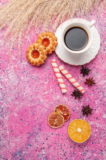 Widok Z Góry Filiżanka Herbaty Z Ciasteczkami Na Różowym Biurku Ciasteczka Herbatniki Cukier Słodki Kolor Darmowe Zdjęcia