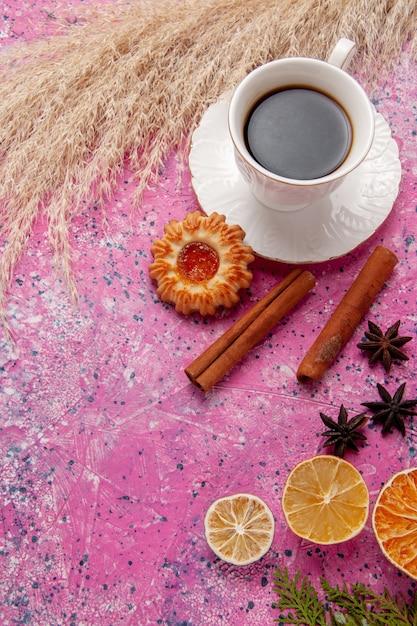 Widok Z Góry Filiżanka Herbaty Z Ciasteczkiem I Cynamonem Na Różowym Tle Kolor Herbaty Słodkie Herbatniki Darmowe Zdjęcia