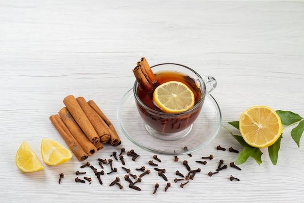 Widok Z Góry Filiżanka Herbaty Z Cytryną I Cynamonem Na Białym, Cukierków Deserowych Herbaty Darmowe Zdjęcia