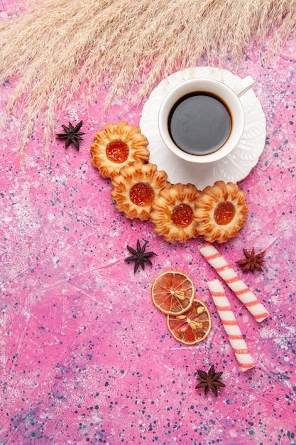 Widok Z Góry Filiżankę Herbaty Z Smacznymi Ciasteczkami Na Różowym Biurku Ciastko Herbatnikowe Słodkie Darmowe Zdjęcia