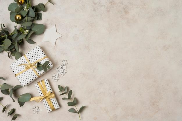 Widok z góry gałąź z liśćmi i prezentami obok Darmowe Zdjęcia