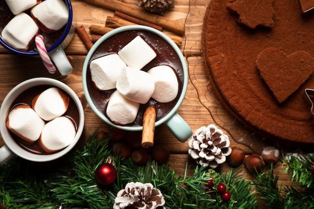 Widok z góry gorącej czekolady ze słodyczami Darmowe Zdjęcia