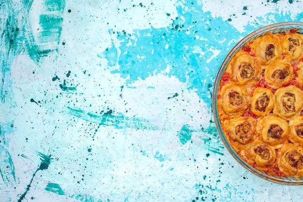 Widok Z Góry Gotowanego Ciasta Z Mięsem Mielonym I Sosem Pomidorowym W Szklanej Patelni Na Jasnoniebieskim, Gotowanie Pieczenie Ciasta Mięsnego Darmowe Zdjęcia