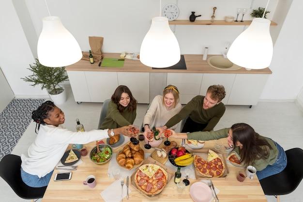Widok Z Góry Grupa Przyjaciół Jedzących Obiad Darmowe Zdjęcia