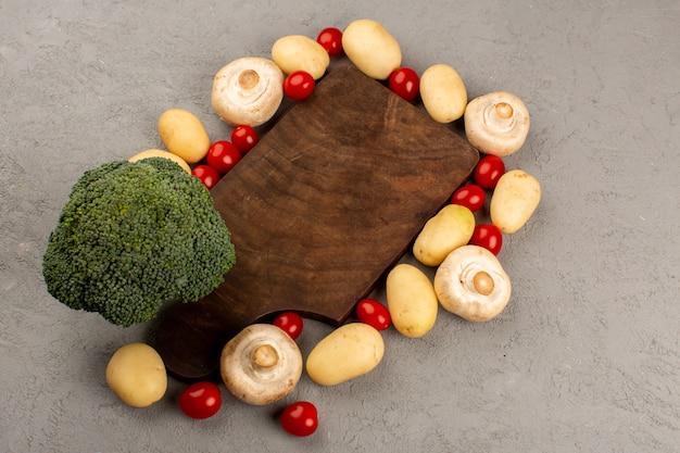 Widok Z Góry Grzyby Brokuły Ziemniaki Wraz Z Czerwonymi Pomidorami Cherry Na Szarym Biurku Darmowe Zdjęcia