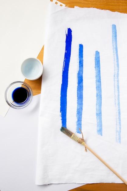 Widok Z Góry Inny Pędzel Do Malowania I Niebieskie Linie Darmowe Zdjęcia