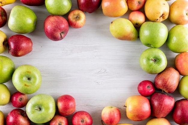Widok Z Góry Jabłka I Gruszki świeże Owoce Z Miejsca Kopiowania W środku Na Biały Drewniany Darmowe Zdjęcia